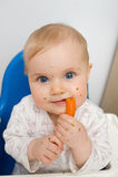Bambino che mangia carota Fotografie Stock