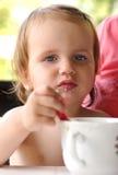 Bambino che mangia con il cucchiaio Immagini Stock Libere da Diritti