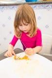 Bambino che mangia e che finisce grande piatto di paella Fotografia Stock Libera da Diritti