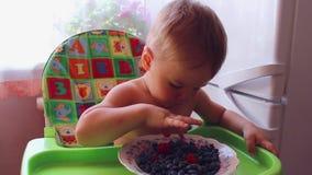 Bambino che mangia le bacche mature archivi video