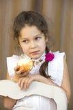 Bambino che mangia mela rossa succosa Immagine Stock