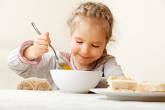 Bambino che mangia minestra nel paese fotografie stock
