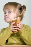 Bambino che mangia pane Fotografie Stock Libere da Diritti