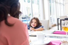 Bambino che mangia prima colazione Immagini Stock Libere da Diritti