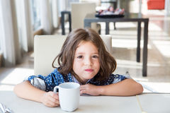 Bambino che mangia prima colazione Fotografie Stock Libere da Diritti