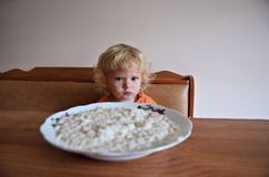 Bambino che mangia prima colazione fotografie stock