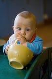 Bambino che mangia spaghetti Fotografie Stock