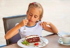 Bambino che mangia torta immagine stock libera da diritti