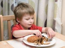 Bambino che mangia un pasto. Fotografie Stock Libere da Diritti