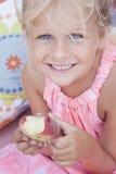 Bambino che mangia una pesca piana Fotografia Stock