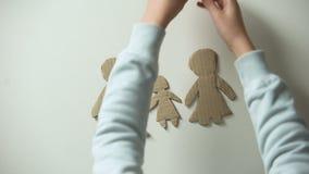 Bambino che mette madre e cuore per incartare famiglia, sofferenza del bambino dal divorzio video d archivio