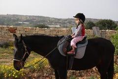 Bambino che monta un cavallo Immagini Stock