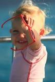 bambino che mostra gli occhiali da sole Fotografie Stock Libere da Diritti