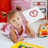 Bambino che mostra il cuore del mosaico Fotografie Stock Libere da Diritti