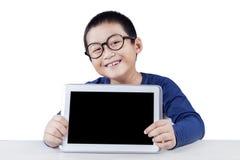 Bambino che mostra lo schermo in bianco della compressa Fotografia Stock