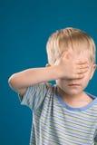 Bambino che non osserva Immagine Stock