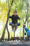 Bambino che oscilla nel parco Fotografie Stock