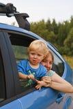 Bambino che osserva dalla finestra di automobile Fotografia Stock
