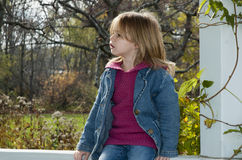 bambino che osserva fuori Fotografie Stock Libere da Diritti