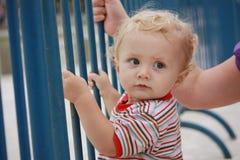 Bambino che osserva nella distanza fotografie stock