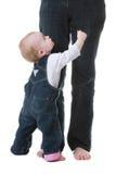 Bambino che osserva in su alla mamma Fotografie Stock Libere da Diritti