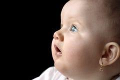 Bambino che osserva in su isolato su priorità bassa nera Immagine Stock