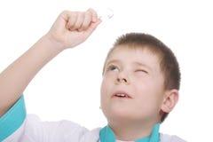 Bambino che osserva in su tramite la lente d'ingrandimento Fotografia Stock Libera da Diritti