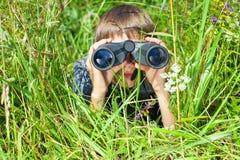 Bambino che osserva tramite il binocolo Fotografie Stock Libere da Diritti