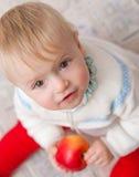 Bambino che osserva verso l'alto Fotografia Stock Libera da Diritti