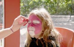 Bambino che ottiene il suo fronte dipinto Fotografie Stock Libere da Diritti