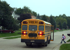 Bambino che ottiene sullo scuolabus immagine stock libera da diritti