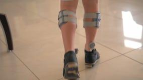 Bambino che ottiene trattamento con il sistema del piede cadente video d archivio