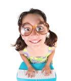 Bambino che per mezzo del calcolatore che osserva in su sorridente Fotografie Stock Libere da Diritti