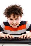Bambino che per mezzo del calcolatore isolato su priorità bassa bianca Fotografia Stock Libera da Diritti