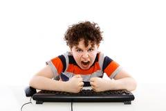 Bambino che per mezzo del calcolatore isolato su priorità bassa bianca Immagini Stock Libere da Diritti