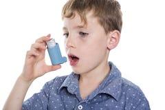 Bambino che per mezzo dell'inalatore per l'asma Priorità bassa bianca Fotografie Stock