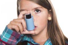 Bambino che per mezzo dell'inalatore per l'asma Priorità bassa bianca Fotografia Stock Libera da Diritti