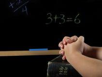 Bambino che prega a scuola Immagini Stock Libere da Diritti