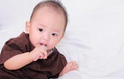 Bambino che prende medicina con il contagoccia Fotografie Stock Libere da Diritti