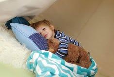 Bambino che prende un pelo, riposante in un tepee della tenda del gioco Immagine Stock
