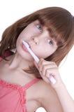 Bambino che pulisce i suoi denti con uno spazzolino da denti Fotografia Stock