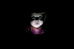 Bambino che racconta storia spaventosa nello scuro Immagine Stock