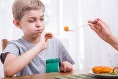 Bambino che rifiuta di mangiare cena immagini stock