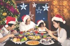 Bambino che rifiuta per mangiare insalata alla cena di Natale Immagine Stock