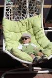 Bambino che riposa al sole chaise-lounge fotografia stock libera da diritti