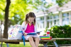 Bambino che ritorna a scuola, inizio di anno Fotografia Stock Libera da Diritti
