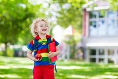 Bambino che ritorna a scuola, inizio di anno Immagini Stock