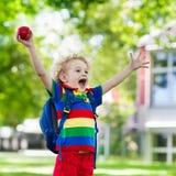 Bambino che ritorna a scuola, inizio di anno Fotografia Stock