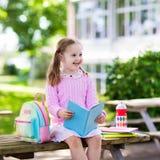 Bambino che ritorna a scuola, inizio di anno Immagine Stock