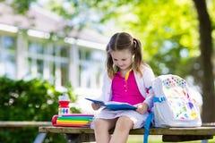 Bambino che ritorna a scuola, inizio di anno Immagini Stock Libere da Diritti